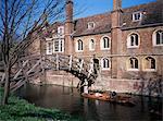 Mathematical Bridge, Queens College et punt, Cambridge, Cambridgeshire, Angleterre, Royaume-Uni, Europe