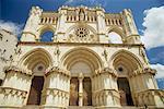 Vue faible angle de la façade extérieure de la cathédrale chrétienne à Cuenca, en Castille-la Mancha (Castilla la Mancha), Espagne, Europe