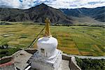 Vue sur les champs cultivés, Yumbulagung château, restauré version du plus vieux bâtiment, Tibet, Chine, Asie de la région