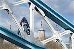 Vue sur la ville, avec la tour de Londres et le cornichon, par le biais de Tower Bridge, Londres, Royaume-Uni, Europe