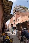 Scène de rue près de la Bab Debbagh, un des city gates, Marrakech, Maroc, l'Afrique du Nord, Afrique de Marrakech