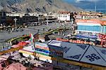 Vue depuis la place du Jokhang vers le Temple de Jokhang, la plus vénérée structure religieuse au Tibet, Lhassa, Tibet, Chine, Asie