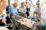 Hommes âgés jouant une forme de jeu d'échecs, Hu Hai Lake, Beijing, Chine, Asie