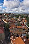 Remparts médiévaux, tours de défense, sur les toits de la vieille ville, patrimoine mondial UNESCO et la colline de Toompea, Tallinn, en Estonie, pays baltes, Europe