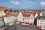 Place de la ville ancienne avec café baldaquins, vieille ville, patrimoine mondial UNESCO, Tallinn, Estonie, baltes, Europe