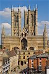Façade ouest de la cathédrale de Lincoln et porte de l'échiquier, Lincoln, Lincolnshire, Angleterre, Royaume-Uni, Europe