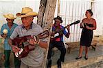 Gruppe von drei ältere Männer und eine Frau spielen Musik, Trinidad, Kuba, Westindische Inseln, Mittelamerika