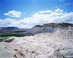 Roches et champs verdoyants à distance, près d'Avanos, Cappadoce, Anatolie, Eurasie