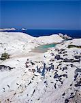 Vue aérienne de la plage et les formations rocheuses, Sarakiniko, Milos, Iles Cyclades, îles grecques, Grèce, Europe