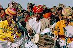 Musiciens jouant le dhol et apprennent, Festival de désert de Bikaner, Rajasthan État, Inde, Asie