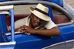 Homme dans une voiture bleue, la Havane, Cuba, Antilles, Amérique centrale
