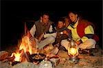 Feu de camp enjoying famille cuit le repas