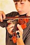 Junge Geige spielen