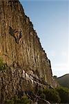 Femme regardant par-dessous, grimpeur hommes sur une falaise, Gecko Rock, Karoo, Province du Western Cape, Afrique du Sud