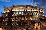 Le Colisée de nuit à la circulation des sentiers, Rome, Lazio, Italie, Europe