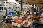 Marché des fruits et légume décrochage à côté du canal, Venise, Vénétie, Italie, Europe