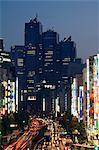Le Park Hyatt Hotel, emplacement du film Lost in Translation et trafic occupé dans la nuit, Shinjuku, Tokyo, Japon, Asie