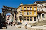 Arc en pierre dans la vieille ville, Pula, Côte d'Istrie, en Croatie, Europe