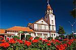 L'immeuble de bureaux d'informations touristiques et Mock Tudor tour de l'horloge, Rotorua, Zone volcanique de Taupo, North Island, New Zealand, Pacifique