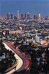 Gratte-ciels du centre-ville et des lampes de voiture sur une ville autoroute, Los Angeles, Californie, États-Unis d'Amérique, l'Amérique du Nord