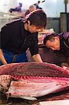 Slicing tuna at Tsukiji fish market, Tokyo, Honshu Island, Japan, Asia