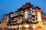 Bâtiments de bazar de Jardin Yuyuan (Yu yuan) fondées par la dynastie Ming Pan famille illuminée dans le vieux quartier de la ville chinoise, Shanghai, Chine, Asie