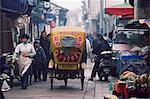 Un tricycle décoré d'équitation à travers les vieilles rues de Suzhou, Jiangsu Province, Chine, Asie