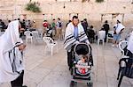 Homme juif avec l'enfant dans la poussette, en prière au mur des lamentations Western, vieille ville fortifiée, Jérusalem, Israël, Moyen-Orient