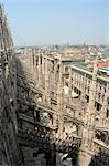 Flèches sur le toit de la cathédrale Duomo et de la ville, Milan, Lombardie, Italie, Europe