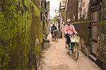 Vélo à travers la mousse couverte alley, Hoi An, Vietnam, Asie du sud-est, Asie
