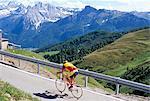 Cycliste par le col de Sella, 2244m, Dolomites, Haut-Adige, Italie, Europe