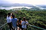 Touristes cherchant à panorama de canopy tour, Parc National de Soberania, Gamboa, Panama amerique centrale
