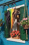 Regenschirme trocknen vor Fenster mit Geranium Töpfe, Burano, Lagune, Veneto, Italien, Europa