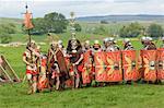 Römische Soldaten der Ermine Street Guard, marschieren in Spalte unter der Leitung von Standard Bearers und Trompeter, römischen Kastells Birdoswald, Hadrianswall, Northumbria, England, Vereinigtes Königreich, Euruope