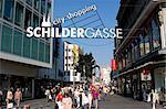 Personnes marchant dans la Schildergasse, une rue piétonne avec beaucoup de boutique et restaurants de la ville centre, Cologne, Nord Westphalie, Allemagne, Europe
