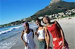 Jeunes femmes sur Camps Bay beach, Cape Town, Afrique du Sud, Afrique