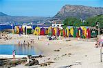 Victorian colorées peinte cabines à False Bay, Cape Town, Afrique du Sud, Afrique