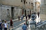 Passants de la rue principale de Noto, Sicile, Italie, Europe