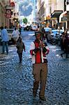 Homme jouant d'une flûte tout en marchant dans la rue dans la ville centre, Cape Town, Afrique du Sud, Afrique