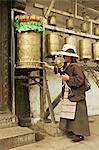 Femme circuits à l'inner temple de Jokhang, à pied de la voie de la circumambulation (Nangkhor), le temple de Jokhang, Barkhor, Lhassa, Tibet, Chine, Asie