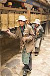Femmes circuit le temple de Jokhang intérieur, marche de la voie de la circumambulation (Nangkhor), le temple de Jokhang, Barkhor, Lhassa, Tibet, Chine, Asie