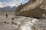 Wanderer auf der Annapurna Circuit Trek, der hohen Gipfel in der Ferne gehört zu den Nilgiris, Teil der großen Barriere, Jomsom, Himalaya, Nepal, Asien