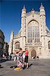 Amuseurs publics devant l'abbaye de Bath, Bath, Avon, Angleterre, Royaume-Uni, Europe