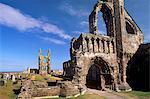 Pignon ouest au premier plan avec la grande fenêtre à l'est en arrière-plan, la cathédrale St. Andrews datant du XIVe siècle, St. Andrews, Fife, Écosse, Royaume-Uni, Europe