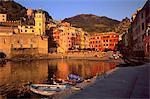 Vernazza Port au coucher du soleil, Vernazza, Cinque Terre, l'UNESCO World heritage Site, Ligurie, Italie, Europe