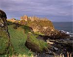 Château de Dunluce, initialement occupé par le MacQuillan familiale et plus tard les MacDonnell, assiégée par les britanniques dans le XVIe siècle, Portrush, comté d'Antrim, Ulster, Irlande du Nord, États-Unis d'Amérique, Europe