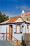 Maison en bois et Ebenezer Methodist church, St. Johns, Antigua, Antigua et Barbuda, îles sous-le-vent, petites Antilles, Antilles, Caraïbes, Amérique centrale