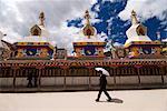Homme au parapluie au temple, Yushu, Qinghai, Chine, Asie