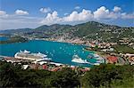 Vue surélevée sur Charlotte Amalie et le navire de croisière quai des Havensight, St. Thomas, îles Vierges américaines, îles sous-le-vent, Antilles, Caraïbes, Amérique centrale