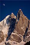 Pic en escalier de l'Aiguille du Dru et la lune, Chamonix, Rhone Alpes, France, Europe